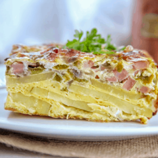 This baked Denver omelet contains all the classic Denver omelet ingredients like bell pepper, onion and ham. It's oven baked with a golden potato crust on the bottom for a healthy meal for any time. #whole30 #glutenfree #paleo